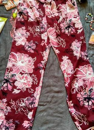Красочные и лёгкие атласные пижамные штаны.