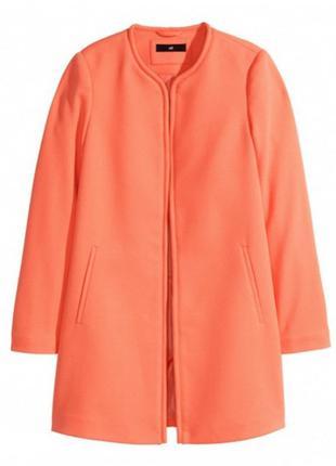 Легкое коралловое пальто h&m