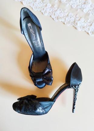 Шикарные эффектные  туфли с фигурным каблуком  на узкую ножку