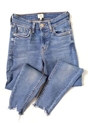 Класні джинси з не обробленим низом  розмір по бірці 6  добре тянуться  стан ідеальний  ціна 325 грн