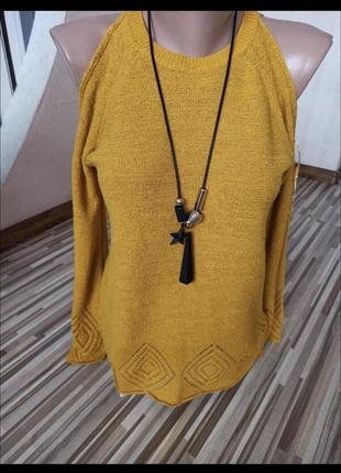 Горчичный легкий свитер с открытыми плечами