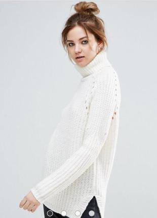 Белый свитер под горло свободного кроя