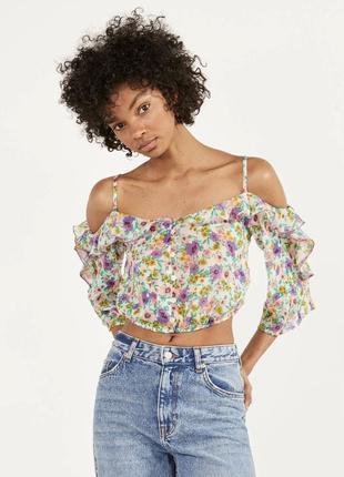 Блуза в цветочный принт открытые плечи на тонких бретелях с рюшами воланами оборками bershka