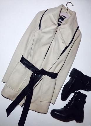 Актуальное пальтишко с длинным рукавом кармашками и поясом