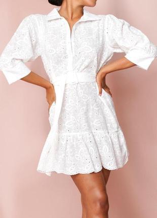 Красивое летнее белое платье под пояс с выбитым рисунком