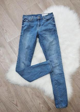 Стрейчевые зауженные джинсы скинни  esprit