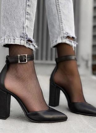 Туфли лодочки из натуральной кожи на устойчивом каблуке с ремешком