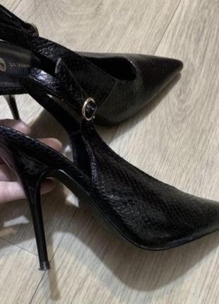 Туфли с острым носком под чешую