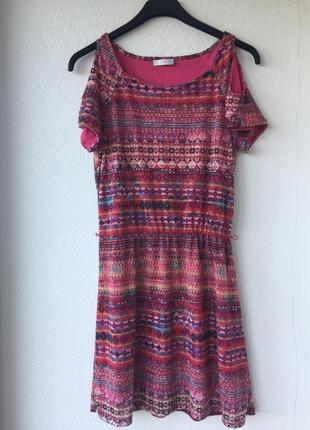 Красивое платье с открытыми плечиками в бохо принт