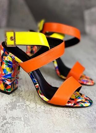 Женские кожаные босоножки на устойчивом каблуке из разноцветной кожи