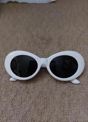 Солнцезащитные очки в белой оправе