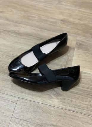 Базовые туфли балетки на низком каблуке