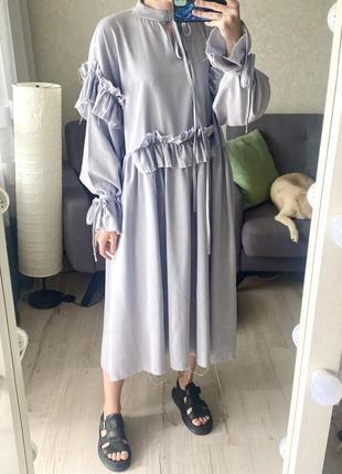 Необыкновенное оверсайз льняное миди платье с оборочками и необработанным