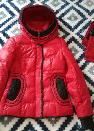 Яскрава куртка- пуховик