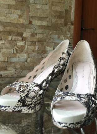 Нарядные из змеиной кожи туфли с открытым носком