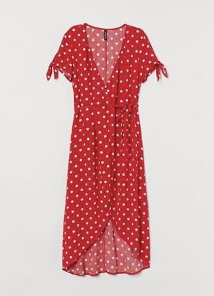 Красное платье в горошек на запах