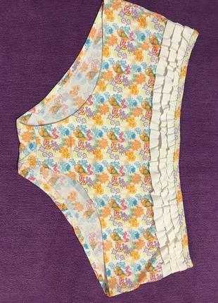 Очень красивые и стильные брендовые плавки в цветочках от купальника.