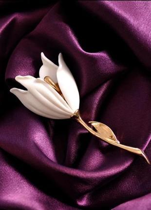 Элегантная брошь белый цветок