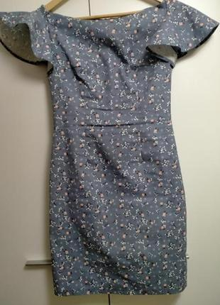 Красивое светло синее платье в цветочек с открытыми плечами спущенными рукавами фонариками воланами
