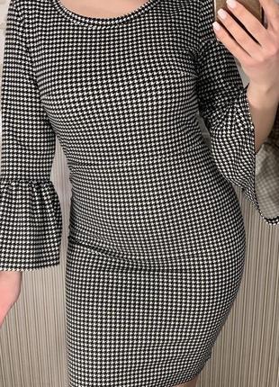 Стильное платье в гусиную лапку