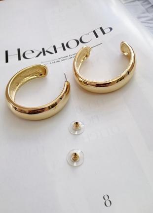 Массивные золотистые серьги-кольца диаметром 40 мм