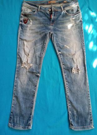 Женские джинсы-рванки