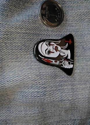 Значок монашка, значок нож, под разным углом разного цвета пин2 фото
