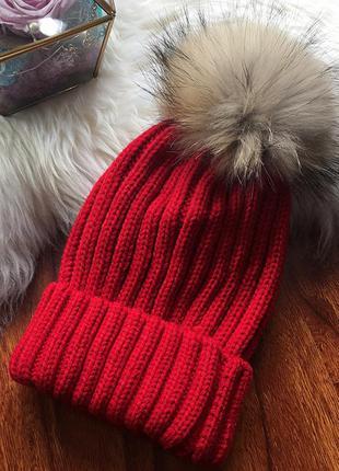Женская теплая вязаная шапка с меховым бубоном помпоном красная