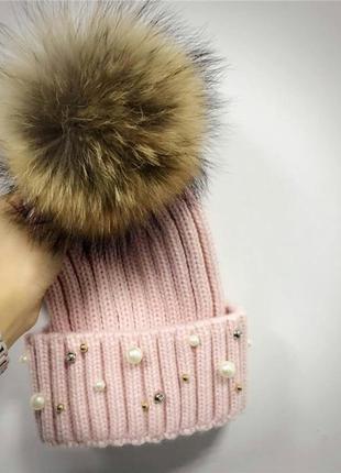 Женская теплая вязаная шапка с меховым бубоном помпоном и бусинами розовая