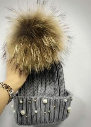Женская теплая вязаная шапка с меховым бубоном помпоном и бусинами серая