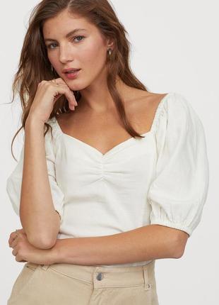 Льняная бежевая блуза с актуальным вырезом, рукавами-воланами