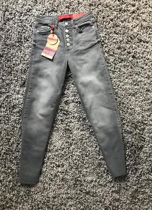 Новые укороченные джинсы jennyfer