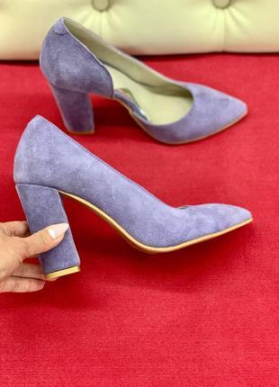 Лавандовые туфли на высоком каблуке