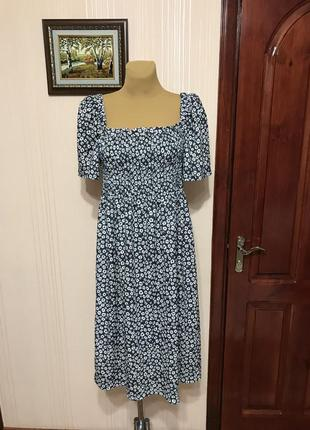 Актуальное платье с вырезом каре