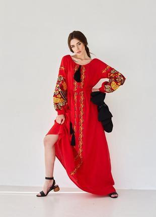 Красное длинное платье с этнической вышивкой