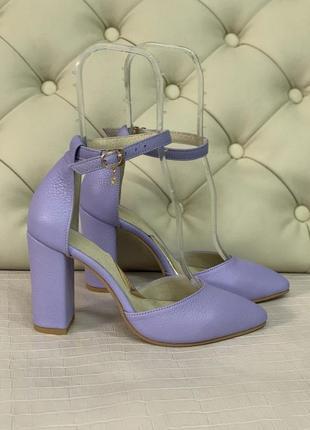 Сиреневые босоножки на каблуке