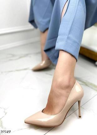Шикарные женские лаковые бежевые туфли лодочки на шпильке
