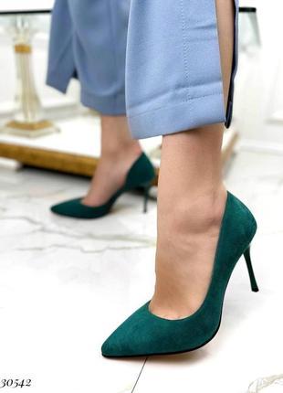 Шикарные женские замшевые зелёные туфли лодочки на шпильке