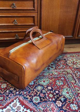Большая мужская неубиваемая кожаная дорожная сумка чемодан коричневая