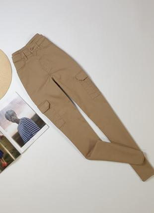 Бежевые джинсы divided