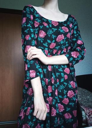 Свободное чёрное платье с розами
