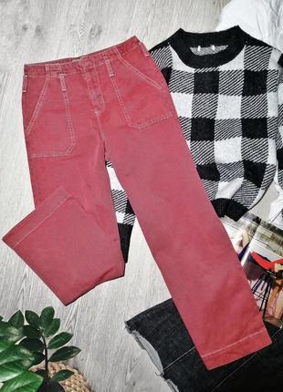 Cтильные яркие прямые джинсы