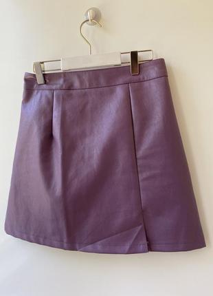 Мини юбка эко кожа лилового цвета