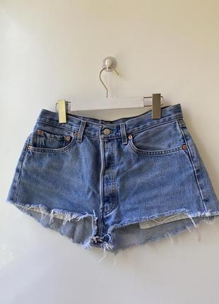 Фирменные короткие рванные шорты levi's