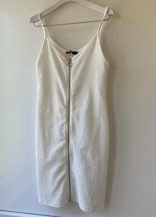 Короткое белое мини платье коктейльное
