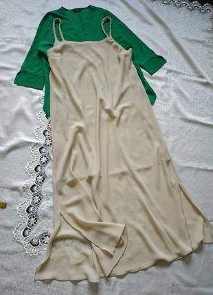 Платье макси свободного кроя на брителях с боковыми разрезами