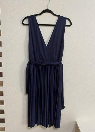Стильное актуальное плиссированное платье миди