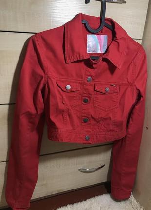 Красная укороченная джинсовая куртка cropp