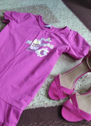 Оригинальное платье с надписью фуксияф под кеды кросы балетки