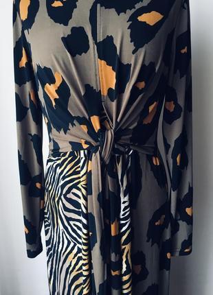 Стильное платье на запах из ткани двух принтов